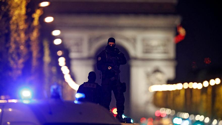 مقتل شرطي وإصابة آخر في إطلاق نار في شارع الشانزيليزيه بالعاصمة الفرنسية باريس