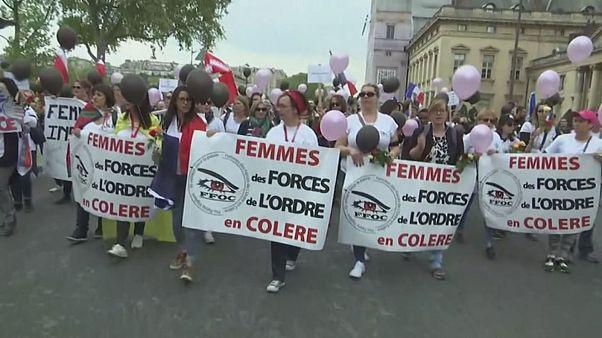 Polis eşleri Paris'te yürüyüş düzenledi
