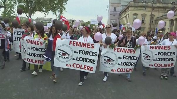 Mulheres de polícias manifestam-se após ataque de Paris