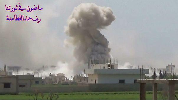 تسجيل فيديو: بلدة اللطامنة في ريف حماة تُقصَف بالطائرات بقنابل محمولة بمظلات