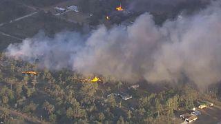 فِرق الإطفاء تصارع أكثر من 100 حريق في الولايات المتحدة الأمريكية