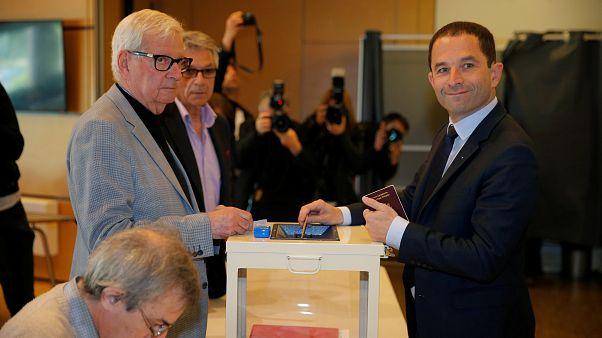 الانتخابات الرئاسية الفرنسية: المرشح بونوا هامون يدلي بصوته