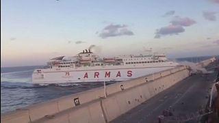 Un ferry choca frontalmente contra los muros del puerto de Las Palmas