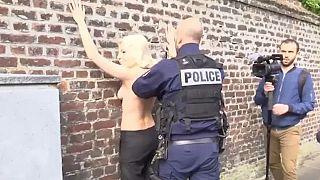 """الشرطة بالمرصاد لناشطات """"فيمن"""" في أراضي مارين لوبان"""