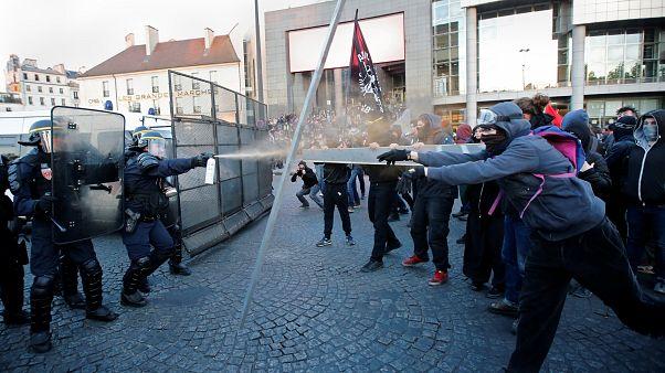 Presidenciais França: Confrontos entre manifestantes anti-fascistas e a polícia em Paris