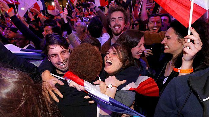Los seguidores de Macron celebran la victoria y rozan con los dedos el Elíseo