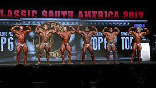 Arnold Schwarzenegger kendi vücut geliştirme yarışmasında ödülleri verdi