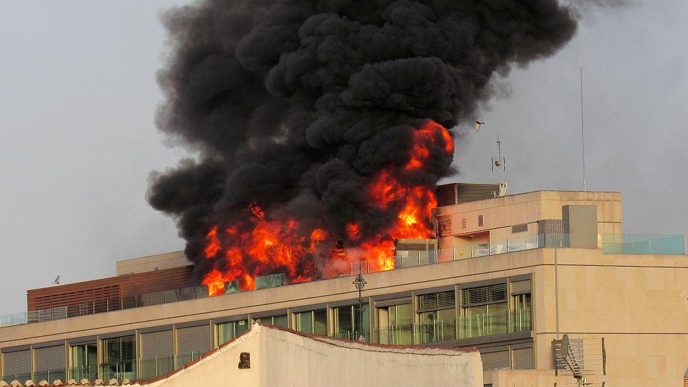 [شاهد] حريق هائل يشب في سطح فندق وسط مدريد   Euronews