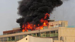 [شاهد] حريق هائل يشب في سطح فندق وسط مدريد