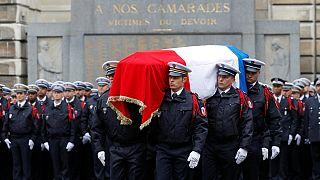 Végső búcsú a Champs-Elyséen megölt párizsi rendőrtől