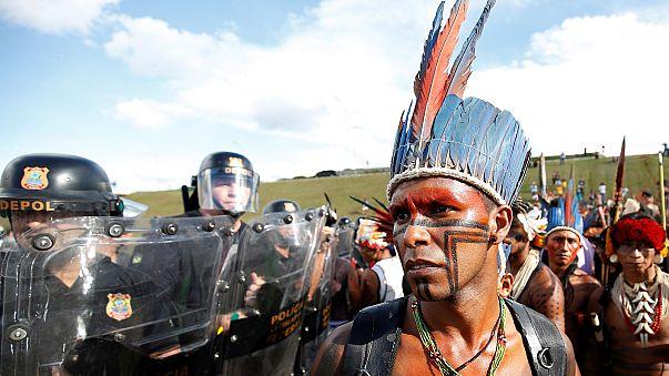 Brezilya'da yerli kabile üyeleri parlamentoya yürüdü