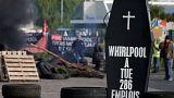 Φέρετρα και φωτιές στο εργοστάσιο της Whirlpool στη Γαλλία