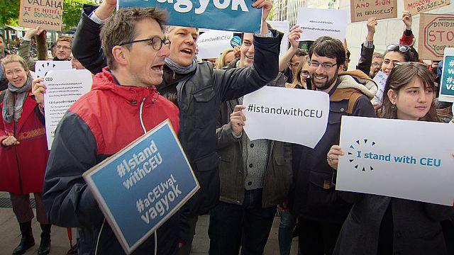 Antiguos alumnos de la Universidad Centroeuropea de Budapest protestan en Bruselas
