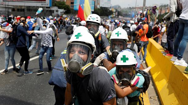 Venezuela anuncia saída da Organização de Estados Americanos enquanto protestos continuam nas ruas.
