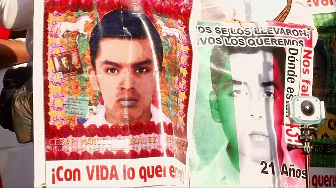 Mexique : les parents des 43 disparus d'Ayotzinapa manifestent à Mexico