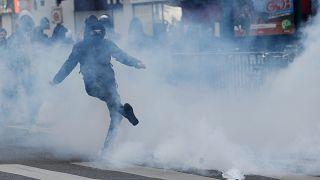 Paris'te liseliler cumhurbaşkanı adaylarına karşı