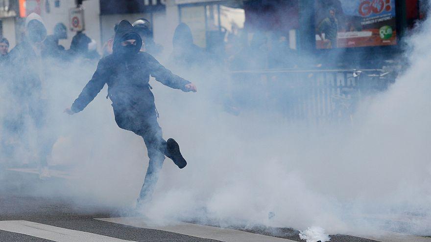 Scontri a Parigi per una manifestazioine studentesca contro i due candidati alle presidenziali