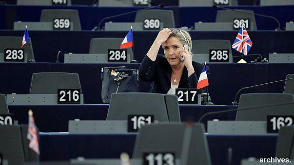 """""""Impieghi fittizi per 5 milioni di euro"""". Le accuse a Marin Le Pen e altri deputati europei del Fn"""