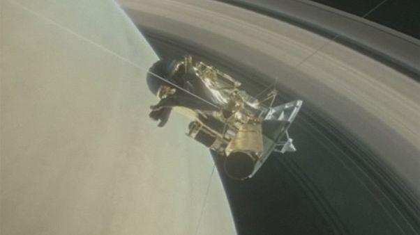 NASA: Cassini faz uma viagem pelos anéis de Saturno e envia imagens para Terra