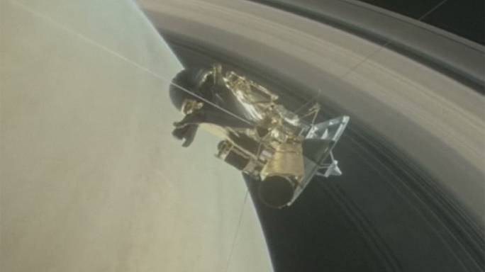 Cassini uzay aracı Satürn ve halkaları arasından ilk geçişini yaptı