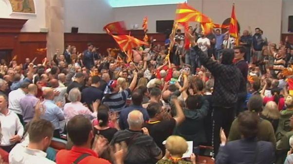 Al menos 8 heridos tras la irrupción de cientos de manifestantes en el Parlamento macedonio