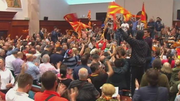 Makedonya Meclisi'ni basıp vekilleri yumrukladılar