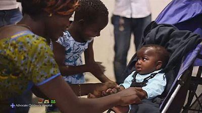 La fillette née avec quatre jambes est rentrée dans son pays