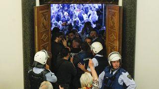 Tüntetők rohanták meg a macedón parlamentet