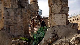 Un artista israelí pinta los cuerpos con postales israelíes