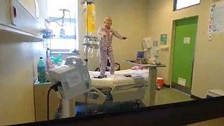 رقص دختر  مبتلا به سرطان روی تخت بیمارستان همه را به وجد آورد
