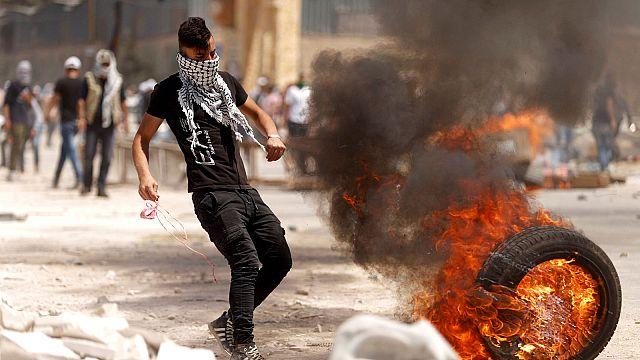 Manifestantes palestinos se enfrentan a fuerzas israelíes en solidaridad con reos en huelga de hambre