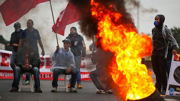 Brezilya'da iş yasasını protesto eden çalışanlar greve gitti