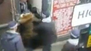 اعتقال، تفتيش واستجواب امرأة محجِّبة بالقوة عند مدخل عمارة في لندن