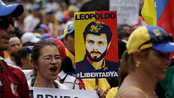 Cientos de personas piden la liberación de los presos políticos en Venezuela