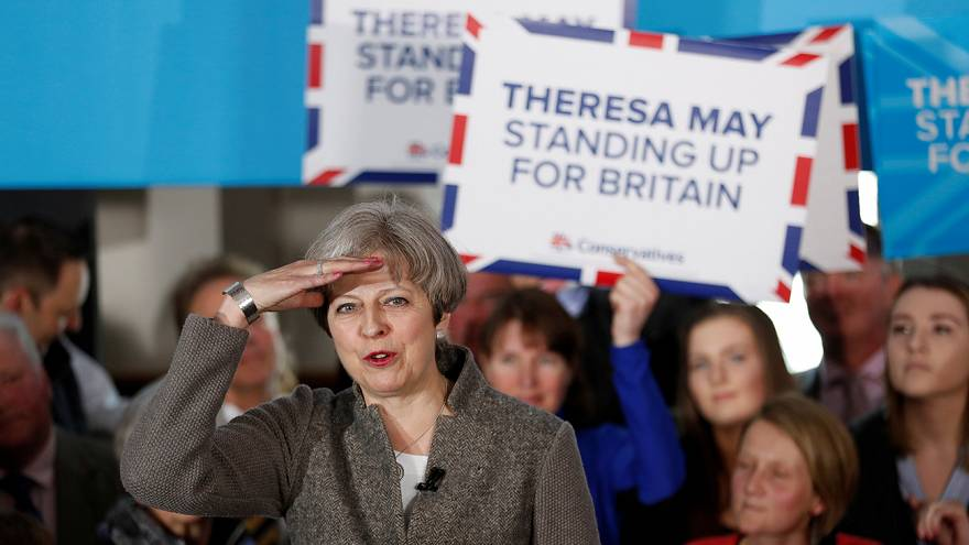 Jeremy Corbyn lucha por recortar las distancias con Theresa May