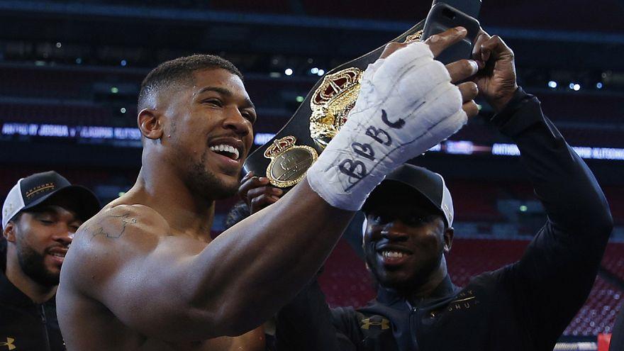 """Boxe : le """"jeune"""" Joshua vainqueur du """"vieux"""" Klitschko par KO"""