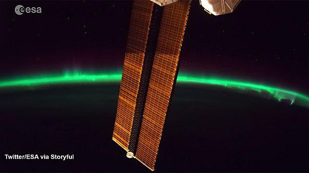 شکوه شفق قطبی از پنجره ایستگاه فضایی