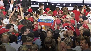 Bandiere russe alla manifestazione poer Donald Trump