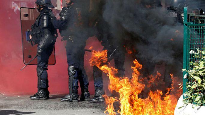 شاهد كيف اشتعلت النيران في شرطيين فرنسيين خلال مظاهرة احتجاجية في باريس