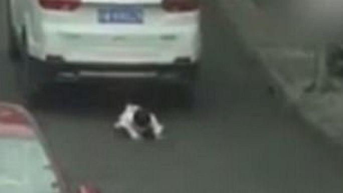 نجاة طفلة صينية بأعجوبة من حادث دهس