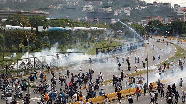 المعارضة الفنزويلية تسد طرقات كراكاس بالمتاريس في احتجاجات ضد مادورو