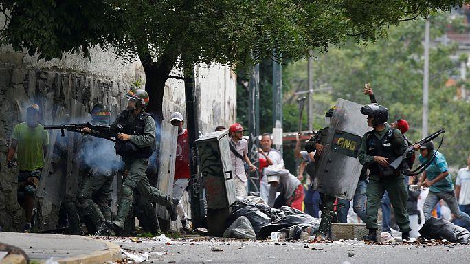 """Caracas: gli oppositori di Maduro bloccano le strade e gridano """"No"""" all'Assemblea costituente"""