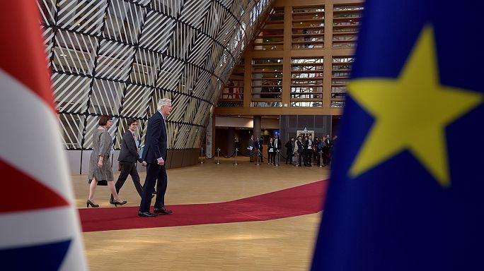 """""""Breves de Bruxelas"""": avisos de Barnier e liberdade de imprensa"""