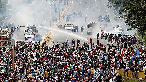 Протести у Венесуелі проти політики Мадуро: запеклі сутички у Каракасі
