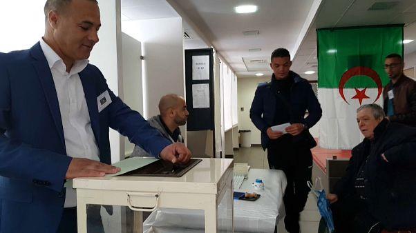 الجالية الجزائرية في ليون تصوت للانتخابات التشريعية