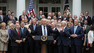 """Donald Trump declara la """"muerte"""" del Obamacare"""