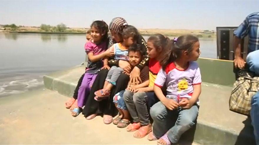 رحلة نزوح من غرب الموصل إلى شرقها عبر نهر دجلة