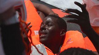 Migrantes gritam por Itália depois de serem resgatados