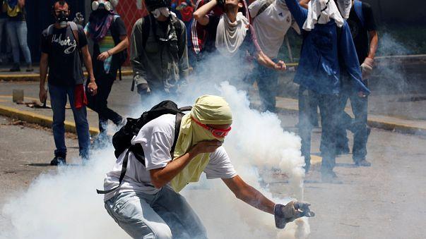 تصاعد العنف في فنزويلا والطلاب يصطدمون مع قوات الشرطة