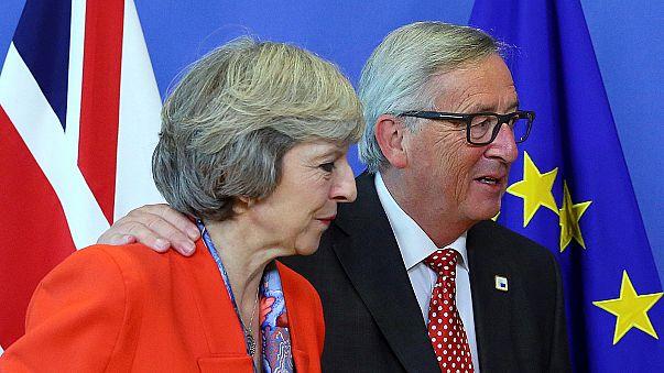 """جان كلود يونكر """"يقرص"""" بريطانيا"""